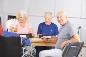 Mann beim Gedächtnistraining in Seniorenheim